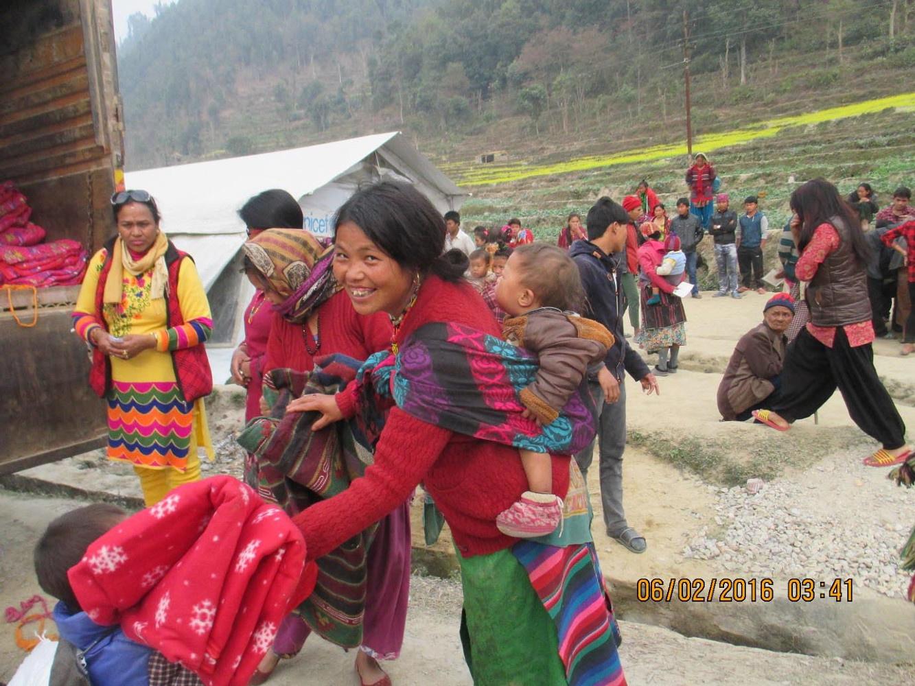 distribution de riz opéré par la Women Fondation après le tremblement de terre. Nous avons participé.