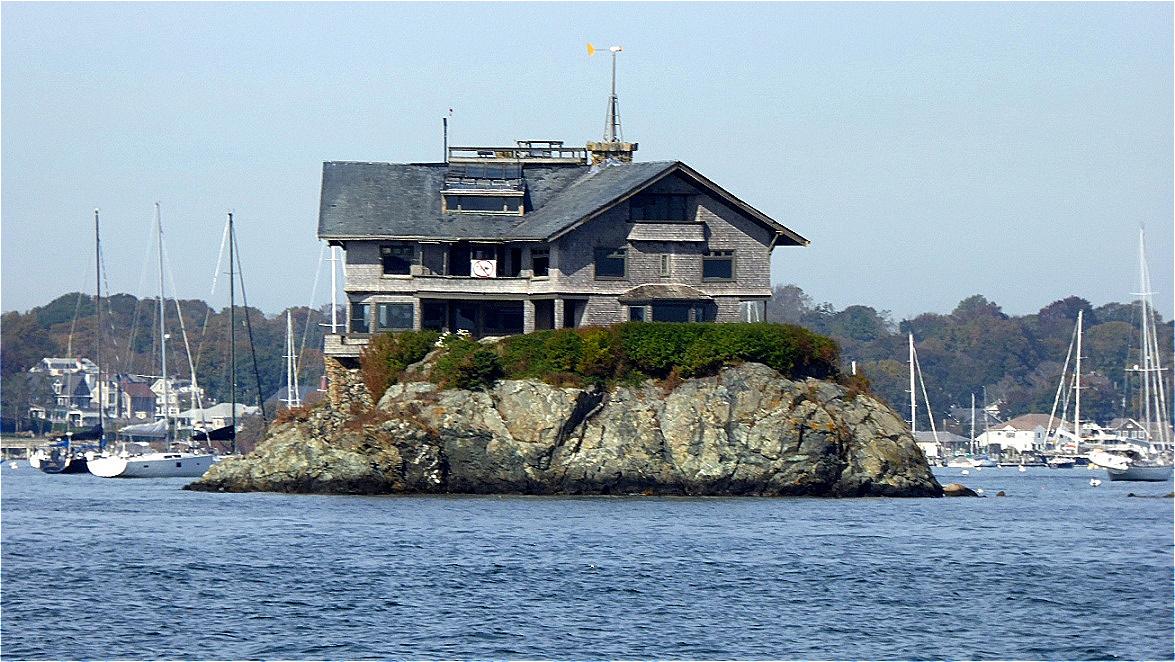 """Clingstone ist ein Haus aus dem Jahr 1905, das auf einer kleinen Felseninsel in einer Inselgruppe namens """"The Dumplings"""" in  der Narragansett Bay, Nähe Jamestown, erbaut wurde"""