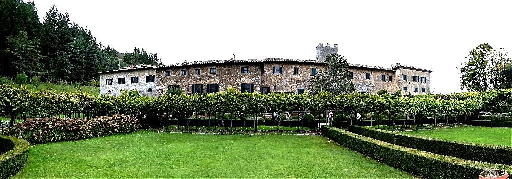 Das Weingut liegt nördlich des toskanischen Winzerdorfes Gaiole und bietet jeglichen Komfort für Gäste