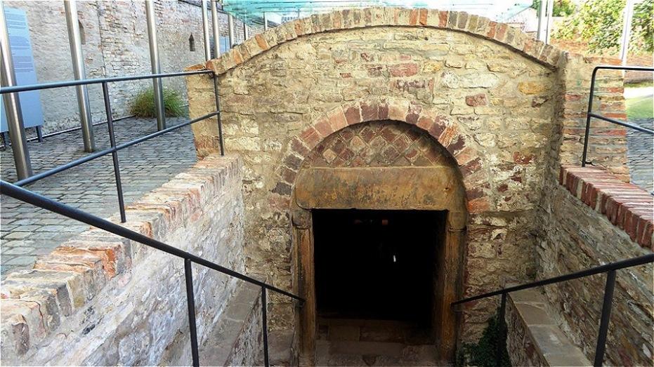 Ritualbad (Mikwe) - Die mit reichen romanischen Ornamenten verzierte Mikwe ist die älteste Anlage ihrer Art in Mitteleuropa.