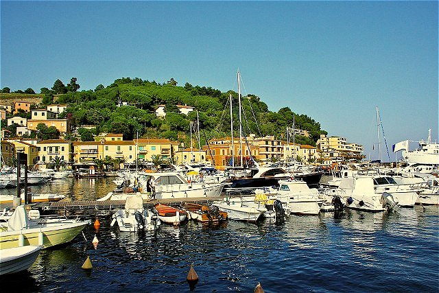 Porto Azzurro - der malerische Ort liegt an der Ostküste Elbas in einer Bucht, dem Golf von Mola