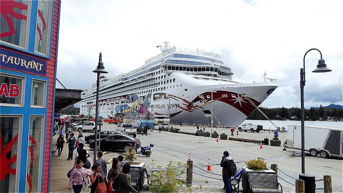 Am Pier liegt die Norwegian Jewel