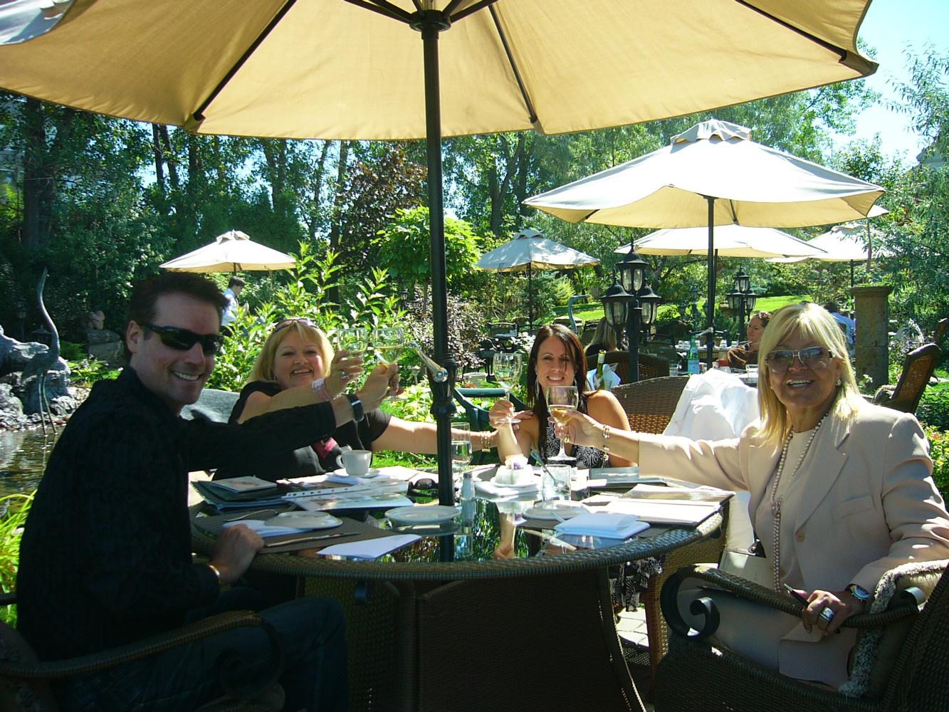 """Entrevue avec la journaliste de la revue """"Le Lundi"""" pour un article avec Michèle Richard et moi. Michèle est accompagnée sur la photo de son gérant Michaël Roy"""