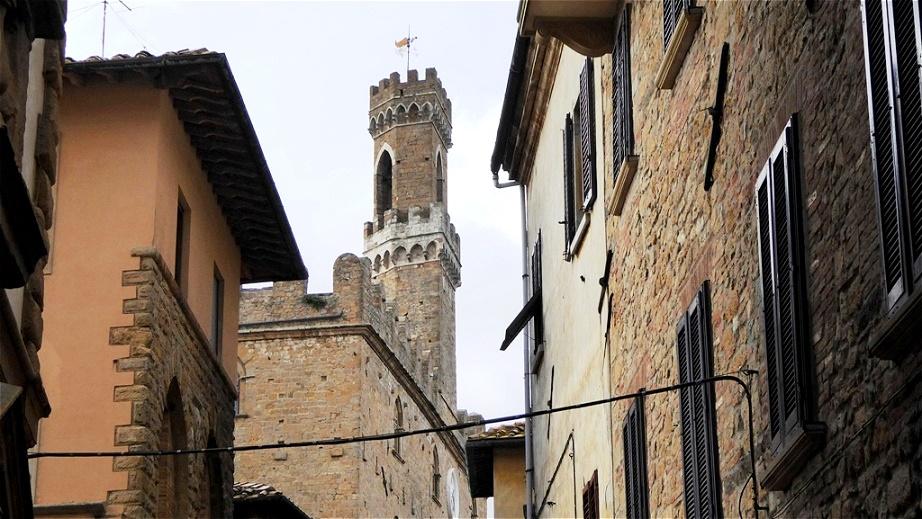 In der Via dei Marchesi kurz vor dem Turm des Palazzo dei Priori