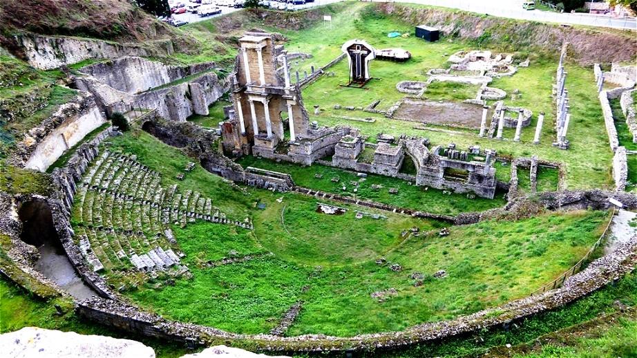 Das römische Theater und die Thermen - erbaut zur Zeit von Kaiser Augustus