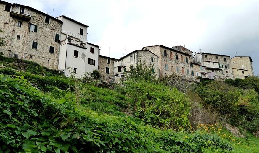 Häuserreihe in luftiger Höhe