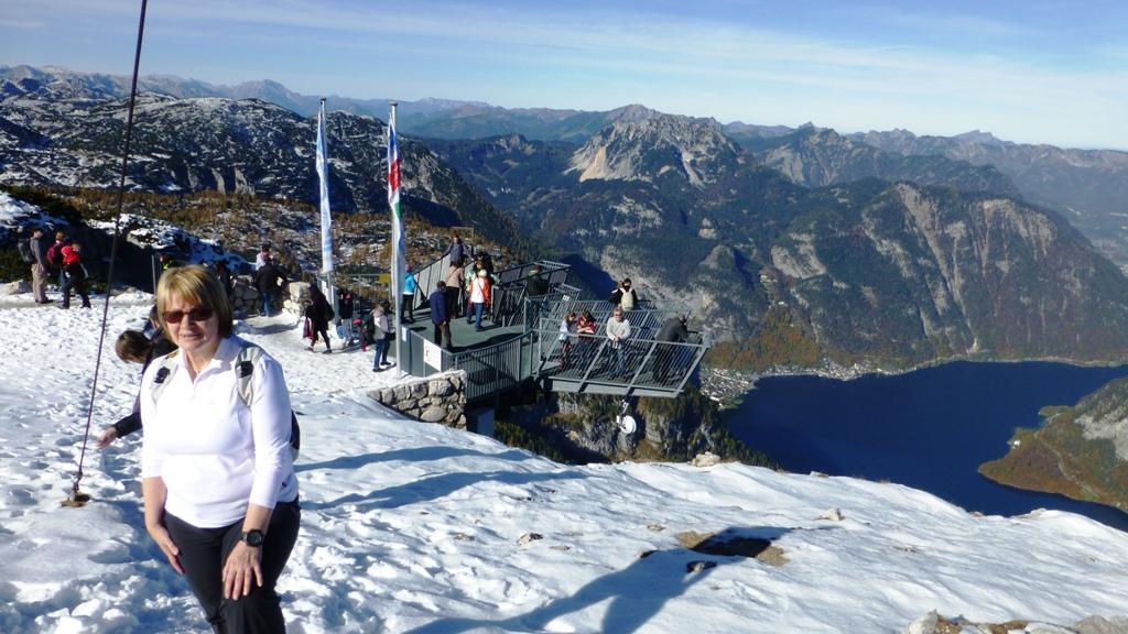 Irene steigt zum Gipfelkreuz hinauf