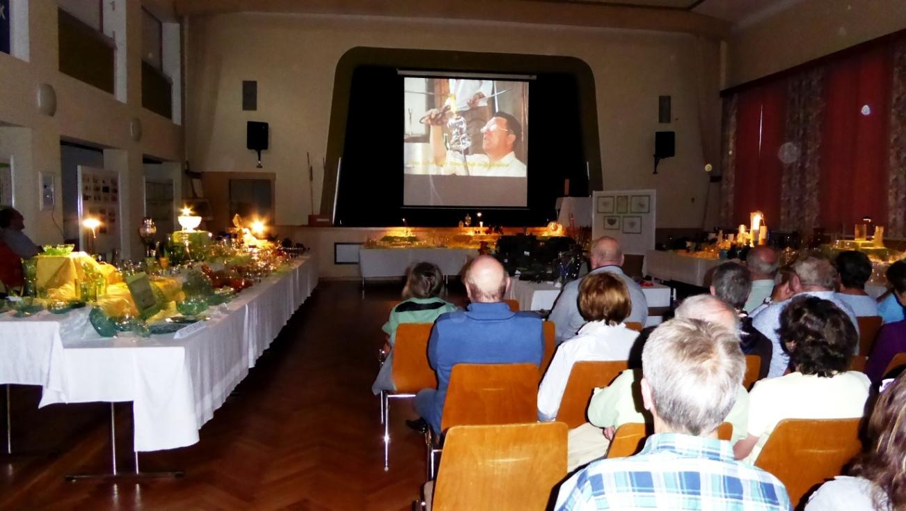 In einer Multivisionsschau erlebten die Besucher die Glasherstellung hautnah mit !