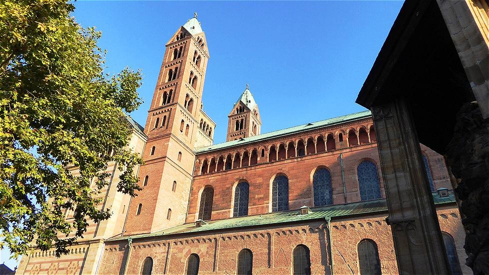 Groß und mächtig ragt seit 1000 Jahren unweit des Rheinufers das Wahrzeichen der Stadt auf - der Kaiserdom. Er gilt als größte erhaltene romanische Kirche Europas