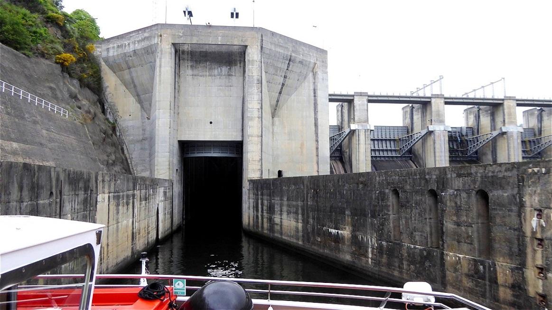 Der Carrapatelo Damm hat die  mit 35 Meter Hub tiefste Kammerschleuse Europas.
