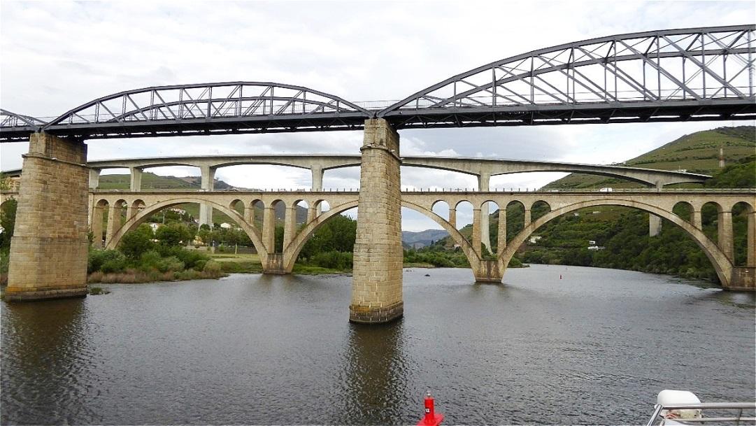 Durchfahrt unter den Brücken Reguas
