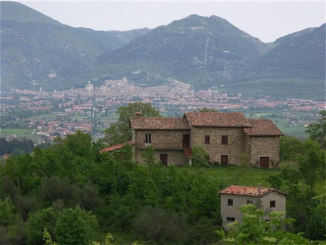 In der Ferne taucht die Stadt Gubbio auf