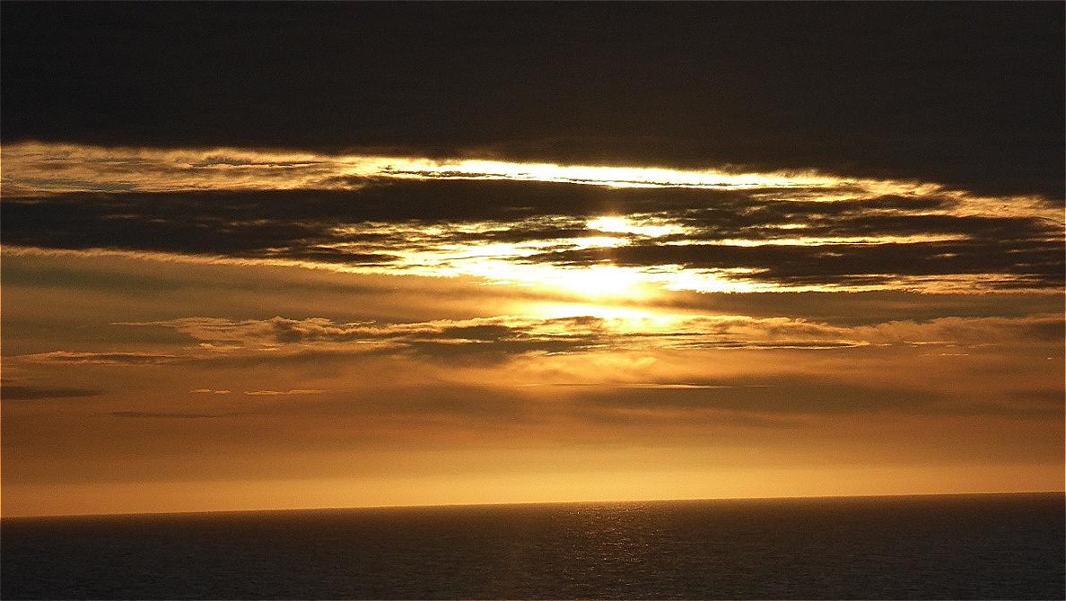 Früher Abend - die Sonne strahlt durch eine Wolkenbank ...