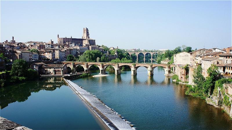Albi am Fluss Tarn ist die Hauptstadt des französischen Départements Tarn in der Region Midi-Pyrénées