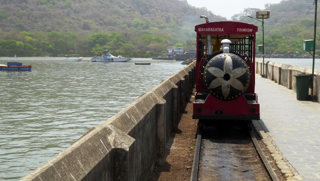 Die Schmalspureisenbahn bringt uns zum Boot zurück