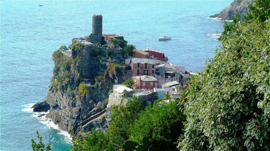 Das Castell Doria (11. Jh.)  Der Ort wurde um das Jahr 1000 gegründet