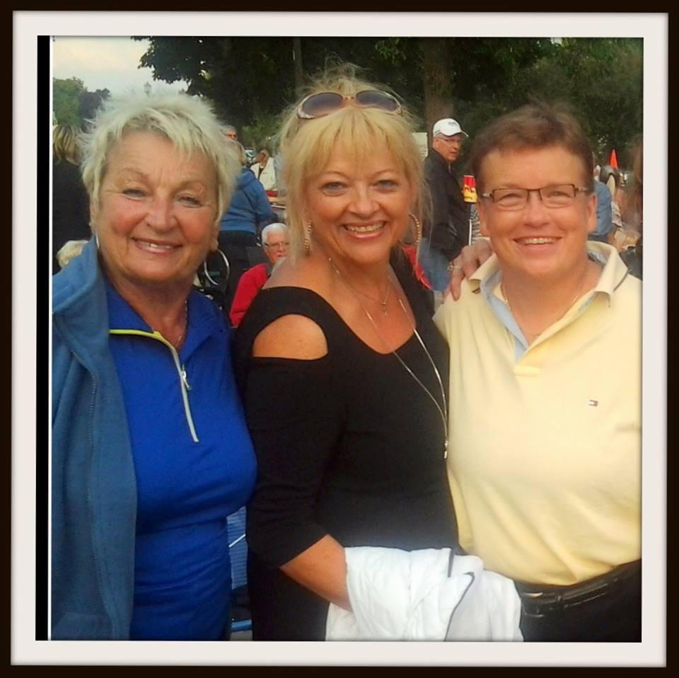 Avec les chanteuses de Valleyfield Cécile Lalonde et Ginette Bertrand