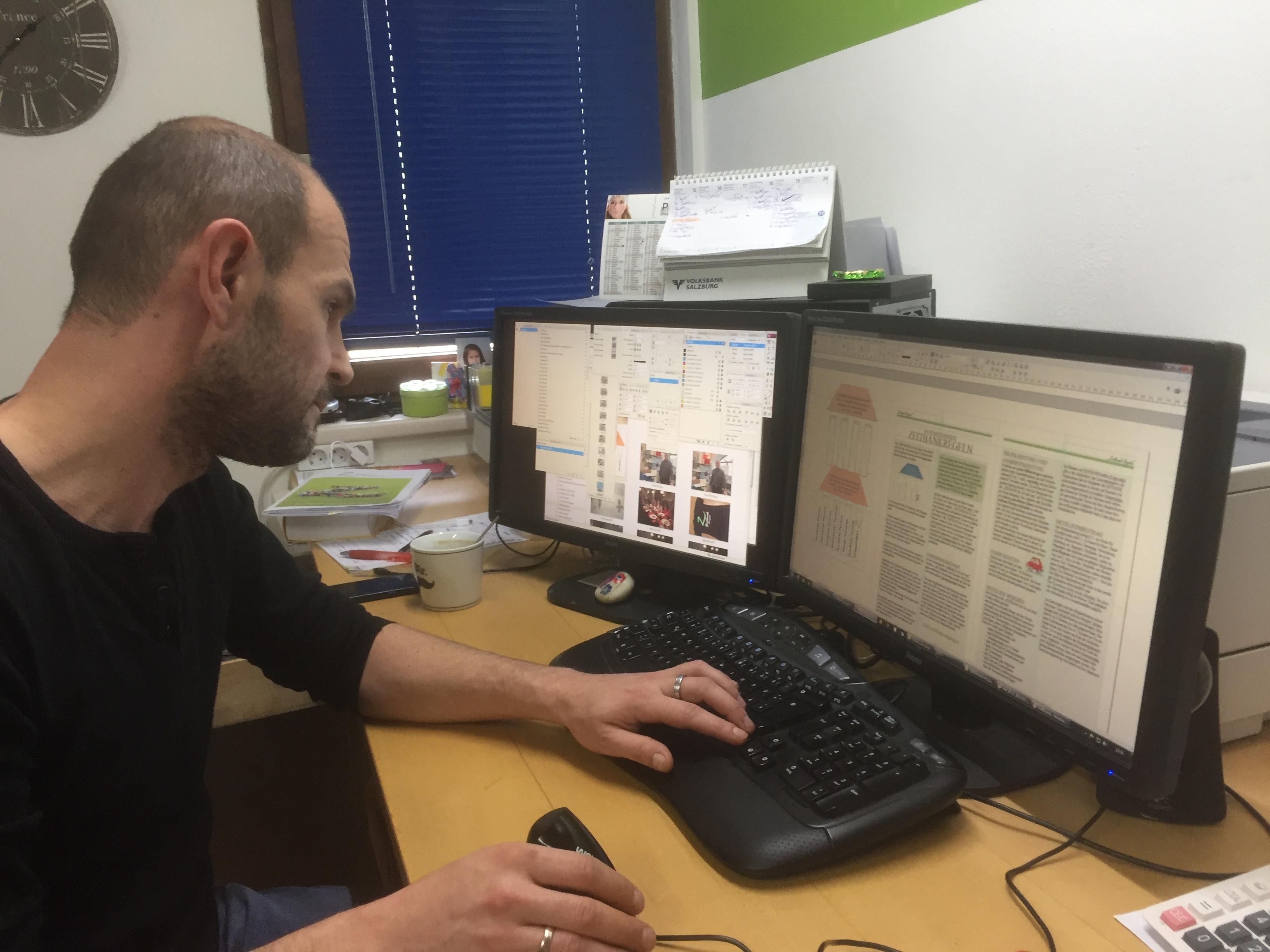 Bernhard Hartenthaler, Chef der Werbeagentur Hartenthaler, konzentriert bei der Erstellung unseres Zeitungslayouts.