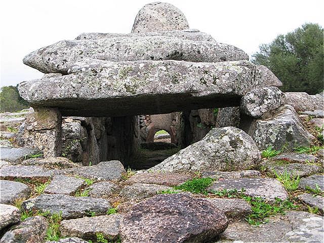 Hinteransicht - die zehn Meter lange Kammer des Monuments stammt aus der bronzezeitlichen Bonnanaro-Kultur (1800–1500 v. Chr.)