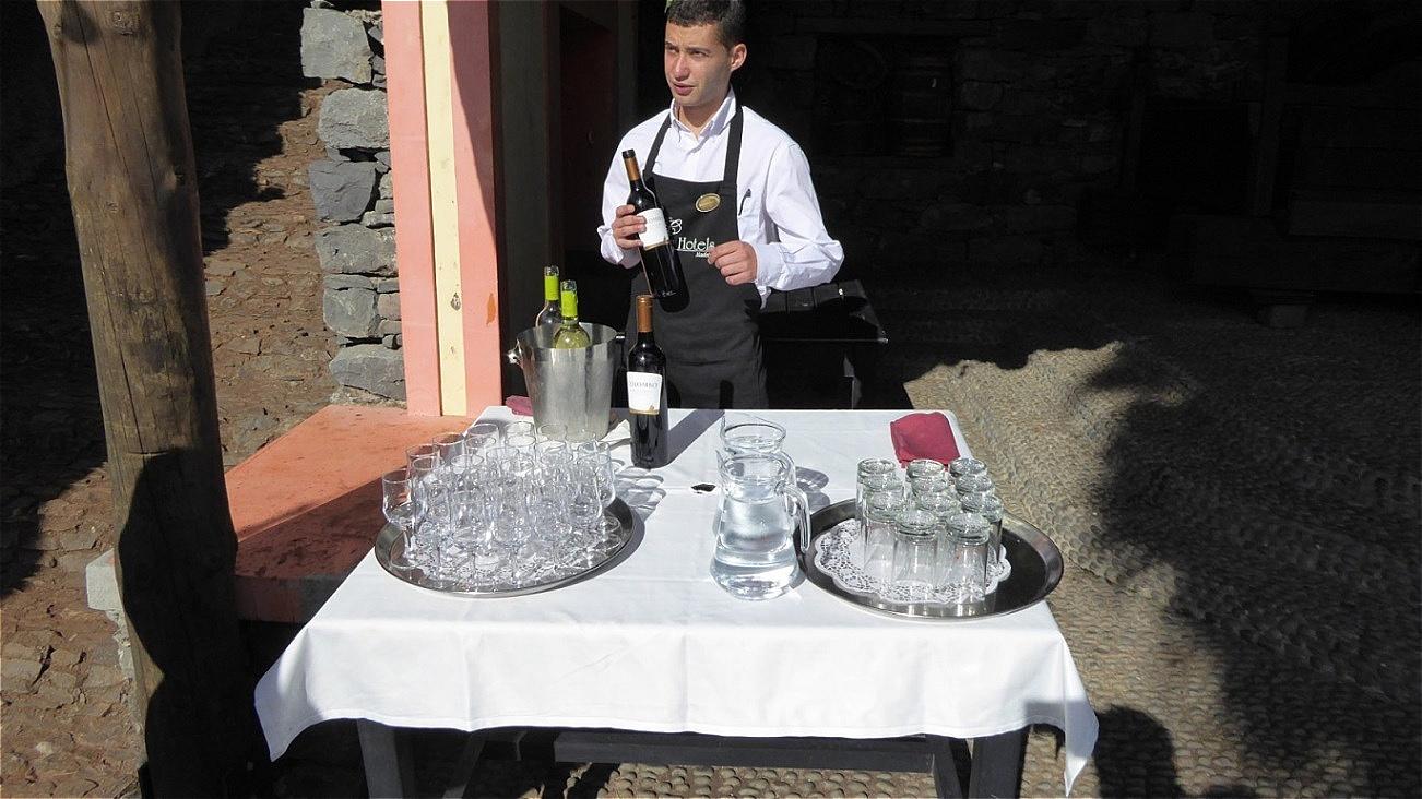 Landestypischer Wein wird zur Verkostung angeboten !