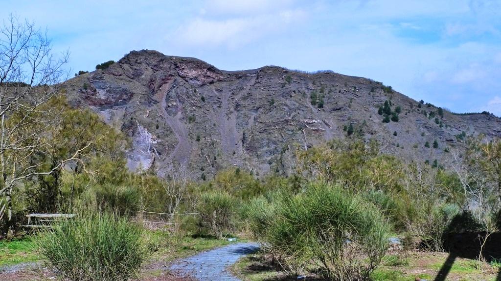 """Der Kraterrand des alten Vulkanes """"Monte Somma"""""""