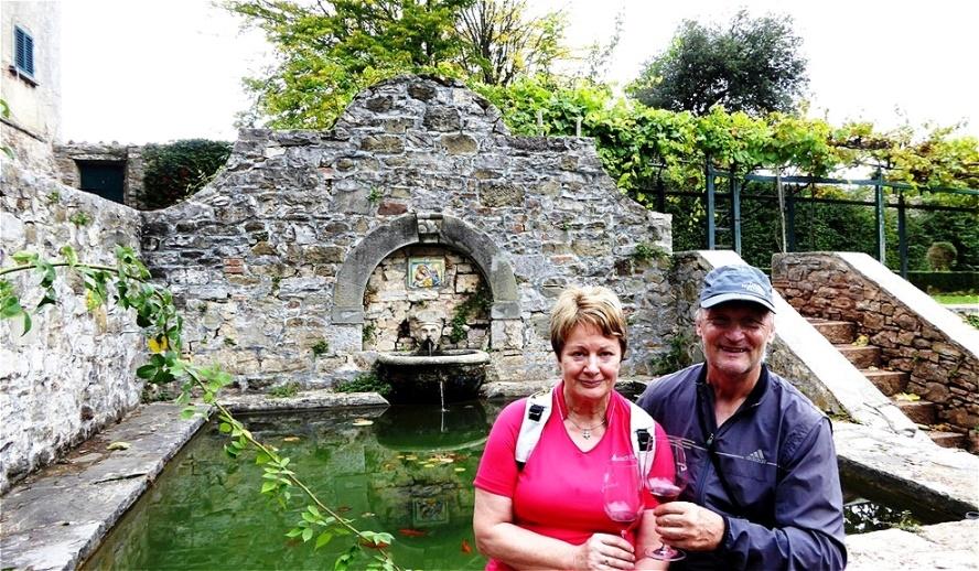 Am antiken Brunnen genießen wir den edlen Tropfen !