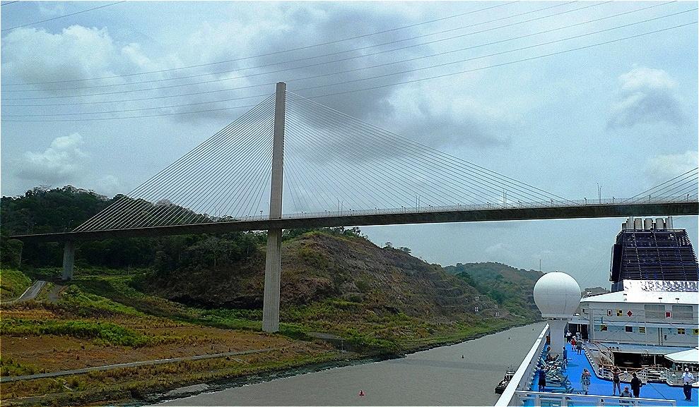 Gaillard-Durchstich mit der Centennial Bridge .Hier beginnt der rund 13 Kilometer lange Culebra Cut oder Gaillard-Durchstich durch die Berge der kontinentalen Wasserscheide.