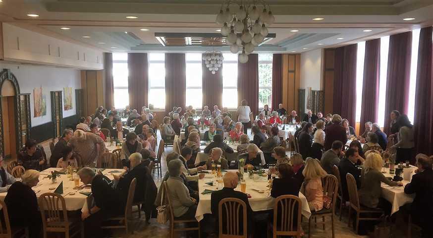 Der große Saal war voll.
