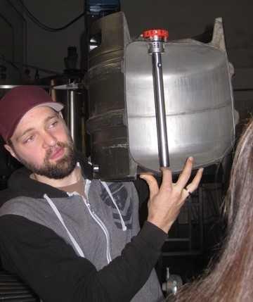 """Herr """"Thomas"""" zeigt uns das Innenleben eines Bierfasses."""