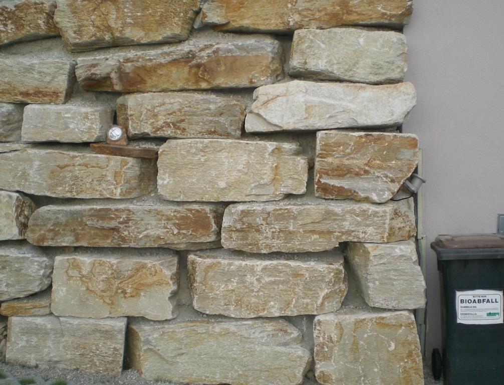 Wurfsteine mit einer geraden Kante gemauert