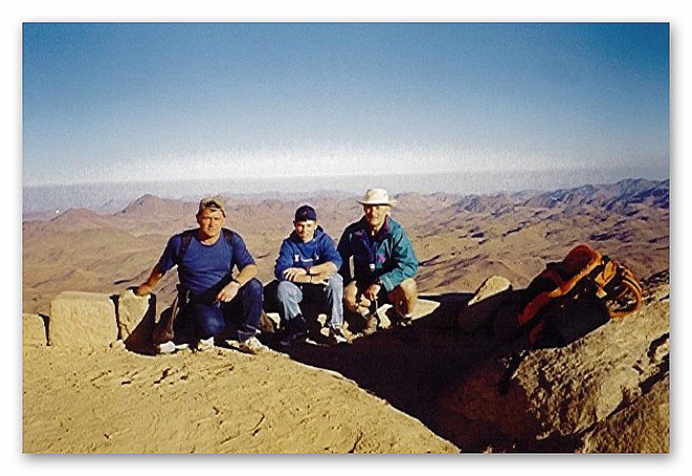 Berg Sinai ((Gebel Musa) 2.285 m  Von links: Vater Wolfgang Mangelberger, Patrick und HS-Direktor Adolf Falb