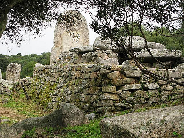 Die Grabanlage ist 28 m lang und sechs Meter breit, sie ist eine der größten der Insel