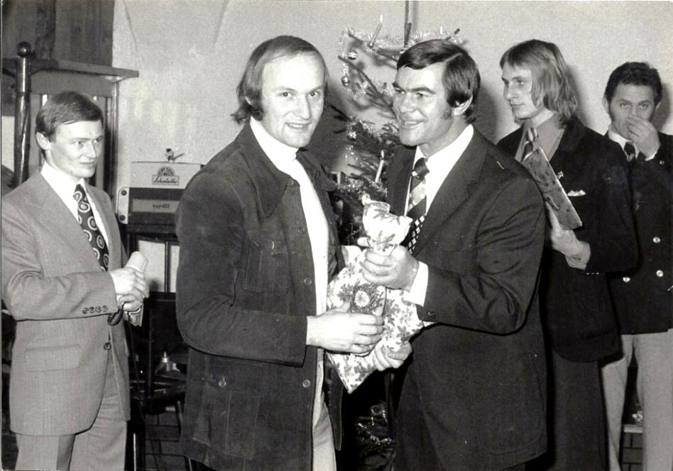 1975 Weihnachtsgeschenke - links der 2019 verstorbene Gerhard Skiba . Er  war von 1989 bis 2010 Bürgermeister der Stadt Braunau am Inn.