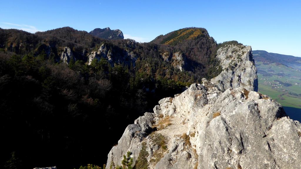 Vom kleinen Felsgipfel aus blickt man auf die Drachenwand und den Schober