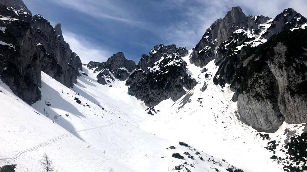 Links die große Weitkarscharte - 1.900 m