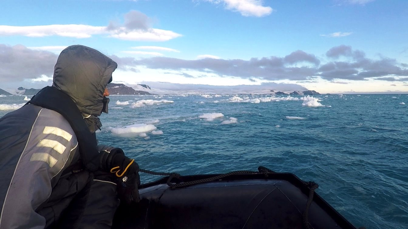 Zodiak-Slalomfahrt zwischen Eisschollen