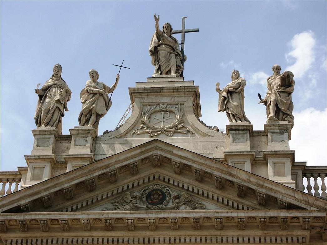 Giebel der Basilika