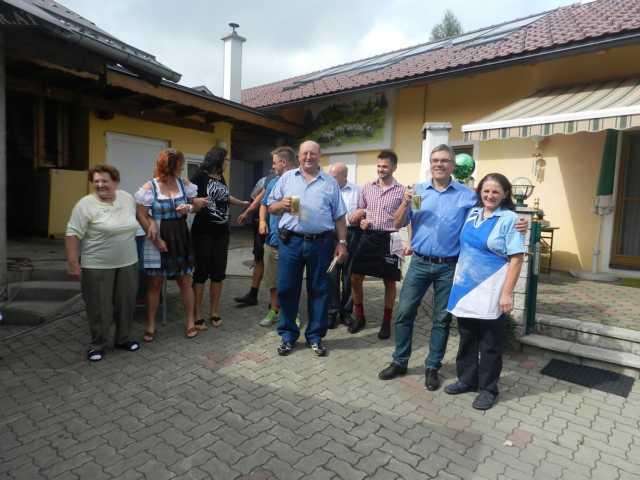 Gastgeber Karl Vieselthaler mit seiner Familie und Bgm. Erich Rippl