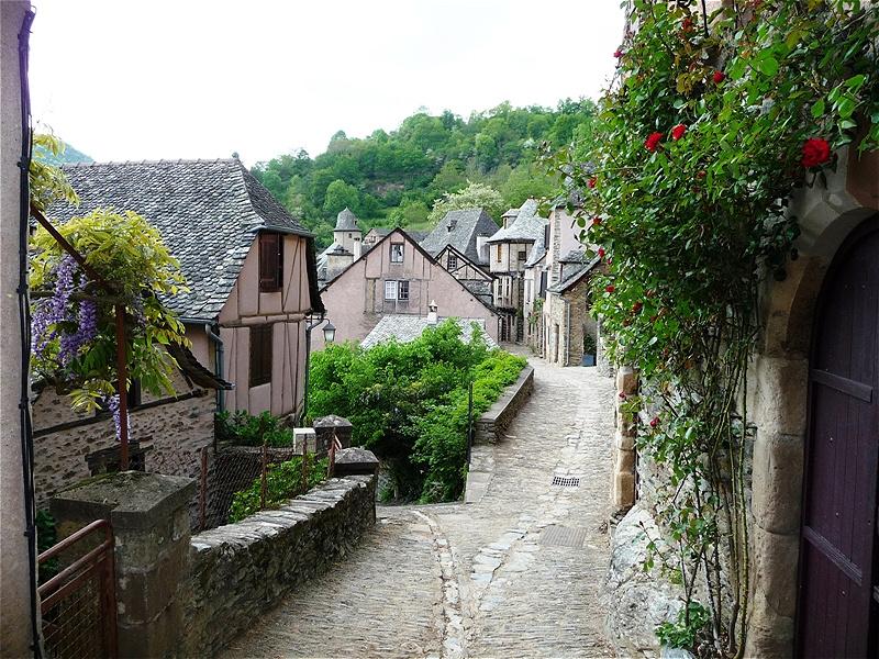 Die ersten Häuser des mittelalterlichen Städtchens von Conques