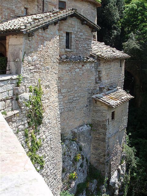 Steile Mauern auf einem Felssporn - Treppen und Bögen überspannen das Teufelsloch