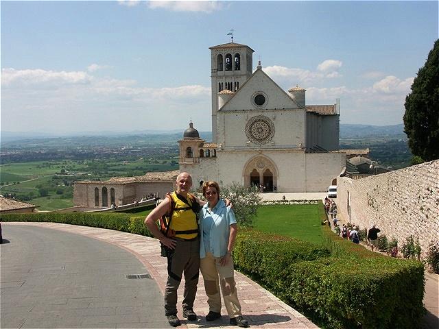 Vor der Basilika n Assisi. Nach langem Marsch - angekommen !