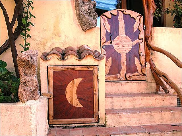 Künstlerisch gestaltete Türen. Einlegearbeiten mit speziellem Holz