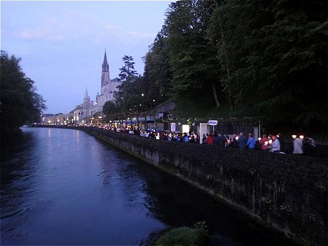 Lichterprozession An der Grotte vorbei folgt sie dem Fluss Gave und wieder zurück zum Platz vor der Kirche