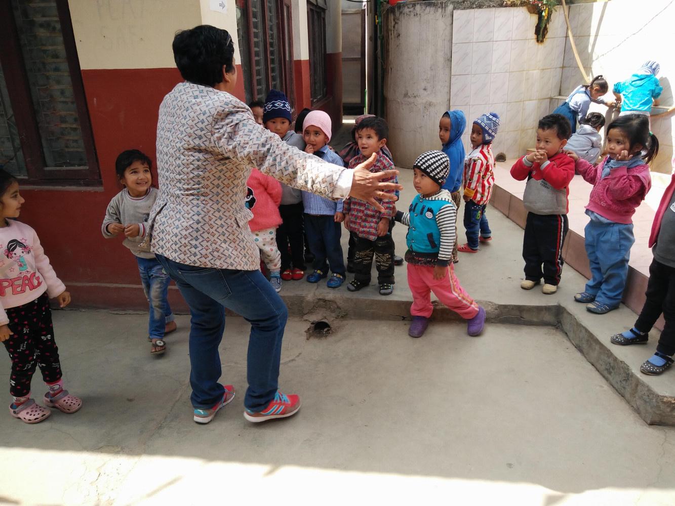 2017 Rénu dans l'ecole maternelle qu'elle a crée