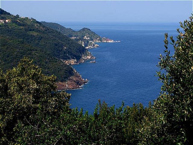 Malerischer Küstenabschnitt Der Weg führt entlang der Küste durch kleine, versteckte Orte