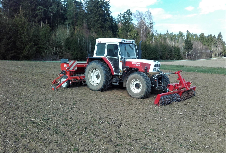 Traktor mit Prismenwalzen - Sämaschinen Kombination