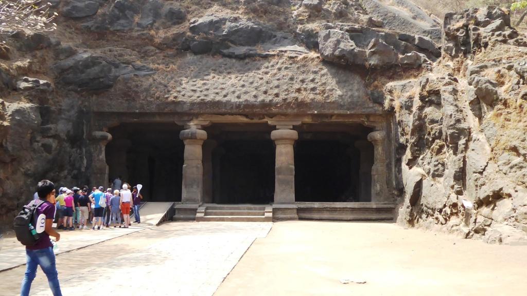 Am Eingang des Mahesha Felsentempels - Shiva Heiligtum aus dem 8. Jahrhundert