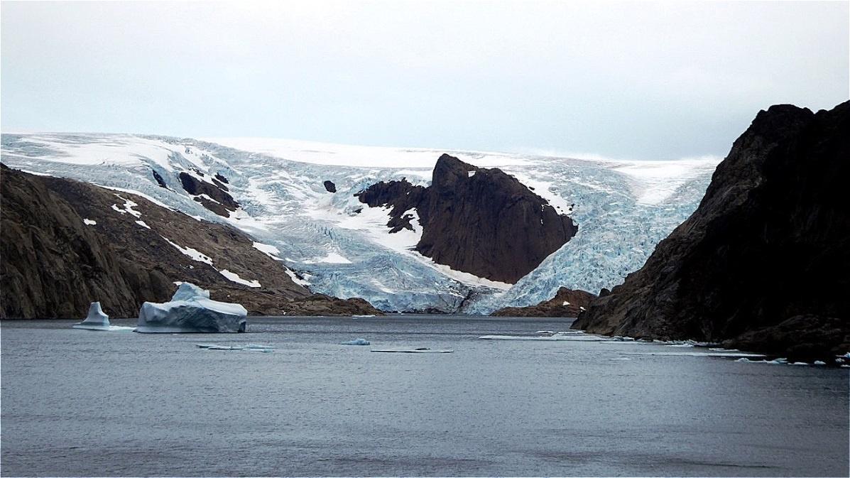 Gletscher fließen in den Sund