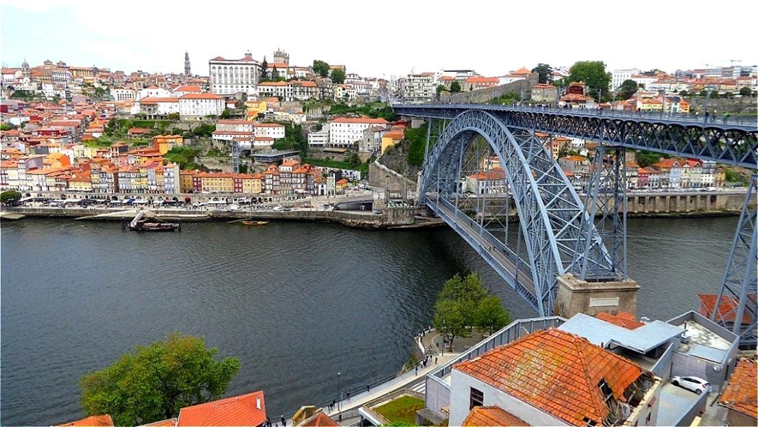 Blick über die Ponte Dom Luis I auf die Altstadt von Porto