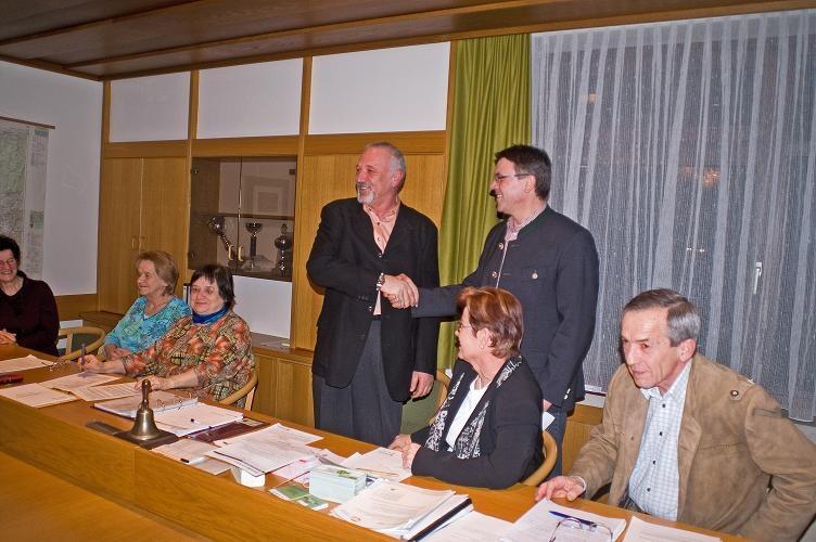 Bgm. Erich Rippl gratuliert dem Obmann Ronald Prexl.